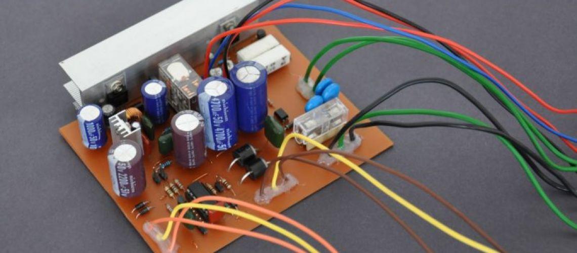 Jednoduchý a plne automatický neprerušiteľný systém napájania 12 V pre malé a stredné spotrebiče