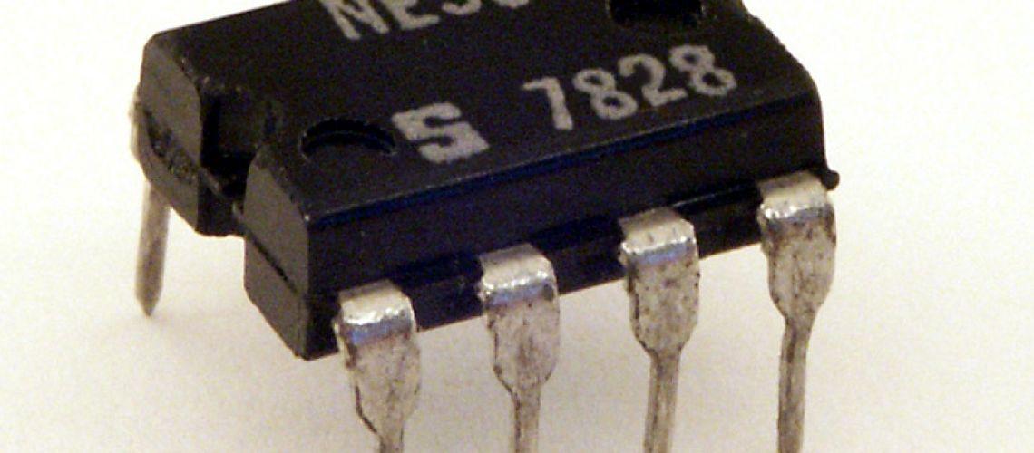 Jednotlačítkový spínač ON/OFF s integrovaným obvodom NE555