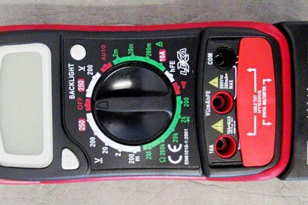 Nebezpečný výrobok : HY6300B - Digitálny multimeter na maximum 250 V a/alebo 10 A s USB vstupom.