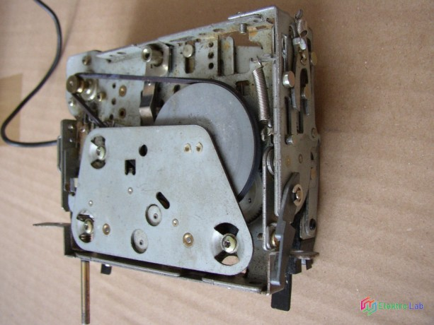 magnetofonova-mechanika-zo-stareho-autoradia-big-2